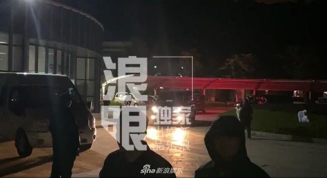 Thi thể Cao Dĩ Tường chính thức rời khỏi nhà tang lễ Ninh Ba trong đêm, cha nam diễn viên tiều tụy và thất thần - Ảnh 5.