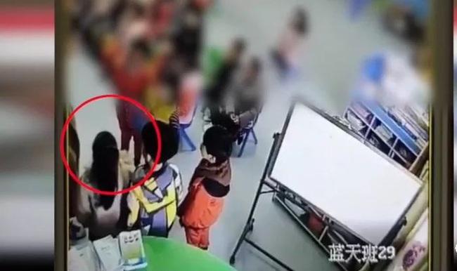 Không ngủ trưa, 4 em bé bị cô giáo mầm non phạt tự tát vào mặt khiến dân tình phẫn nộ - Ảnh 2.