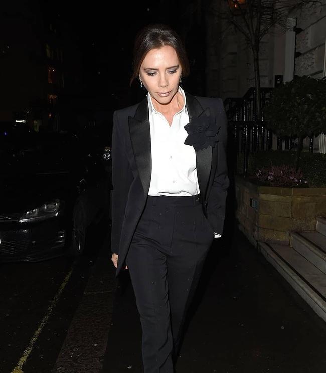 Mặc kệ hãng thời trang làm ăn thất bát, Victoria Beckham vẫn lên đồ sành điệu đi sự kiện và mở thêm dòng mỹ phẩm mới - Ảnh 4.