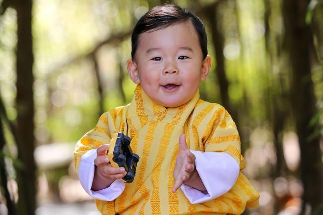 Mới 3 tuổi, tiểu Hoàng tử Bhutan đã thể hiện khí chất ngời ngời của một đấng quân vương trong bức hình mới nhất gây sốt dư luận - Ảnh 2.