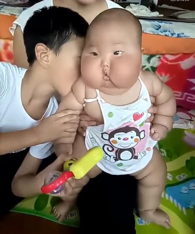 Con trai 1 tuổi gửi đến nhà bà nội chăm sóc, sau nửa năm ngoại hình của bé thay đổi bất ngờ - Ảnh 3.