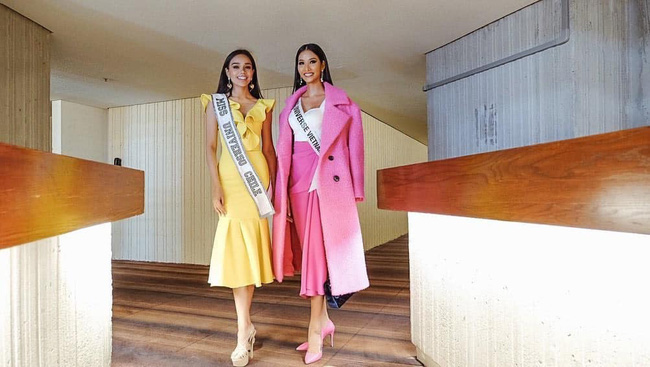 Hoàng Thùy diện đồ màu hồng chóe ngày đầu Miss Universe 2019, lấy hên bằng cách diện lại áo của H'Hen Niê  - Ảnh 1.