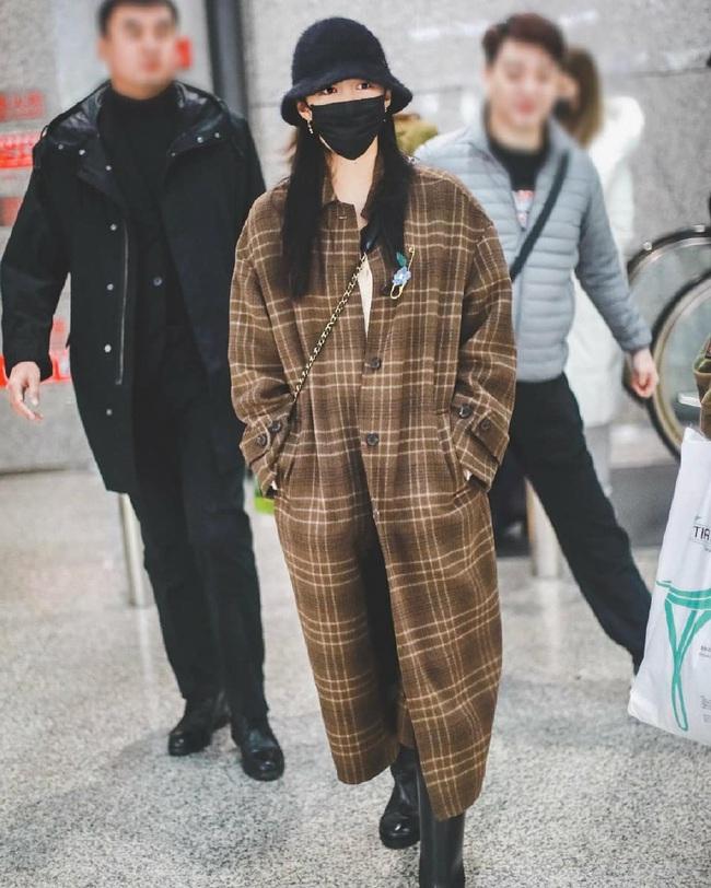 Style sân bay sao Hoa - Hàn tuần qua: Công thức blazer + jeans được chọn nhiều, nhưng ai mới là người mặc đẹp nhất? - Ảnh 11.