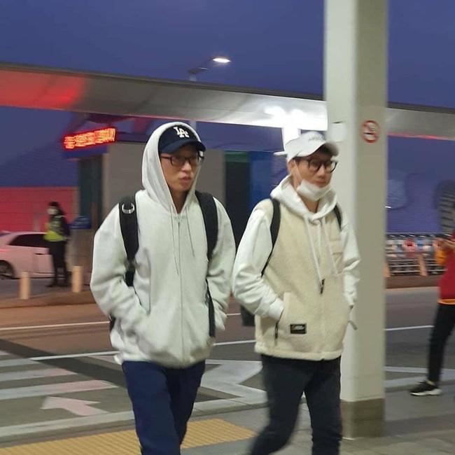 Cập nhật hình ảnh dàn Running Man tại sân bay sang Việt Nam: Song Ji Hyo vẫn trung thành với mặt mộc, các thành viên nam mặc đồ siêu đáng yêu - Ảnh 3.