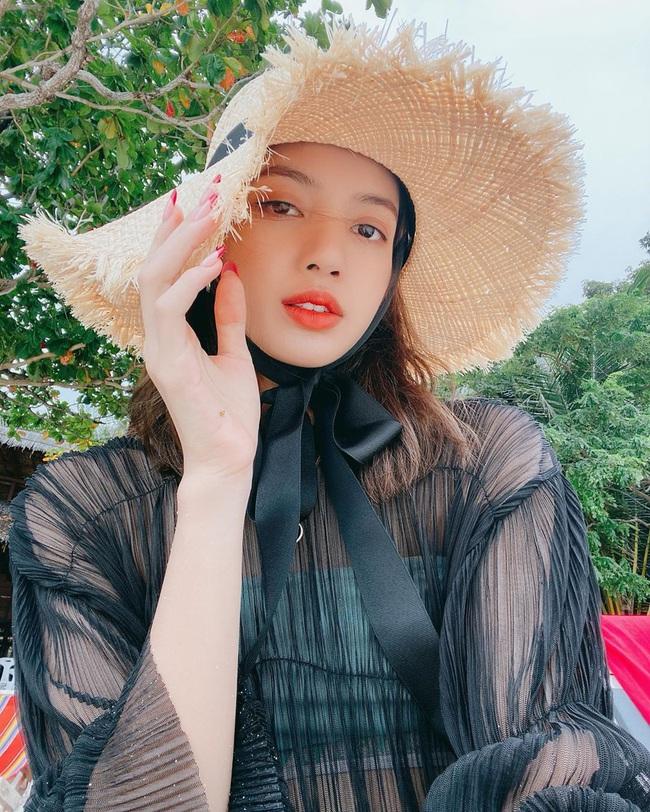 Lisa diện bikini do thương hiệu của Công chúa Thái Lan thiết kế, nửa kín nửa hở mà sexy quá đỗi - Ảnh 1.