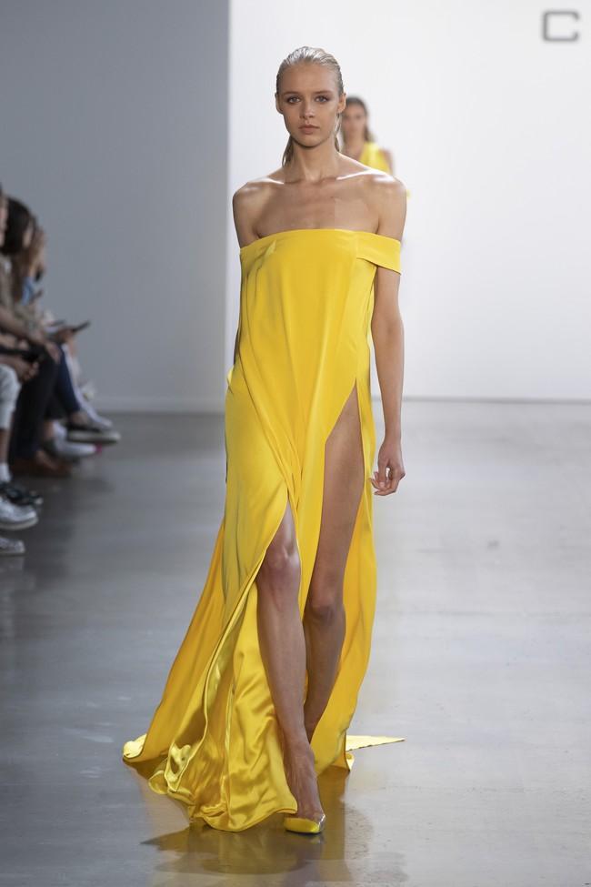 Minh tinh quyến rũ bật nhất Hollywood Sienna Miller diện đầm của NTK Công Trí: Như tia nắng vàng bừng sáng trên thảm đỏ  - Ảnh 5.