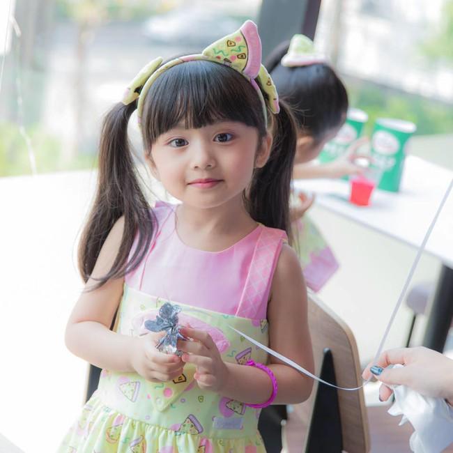 Cô bé người Thái xinh như Hoa hậu làm chao đảo cư dân mạng, khuôn mặt khi không trang điểm lại càng bất ngờ - Ảnh 7.