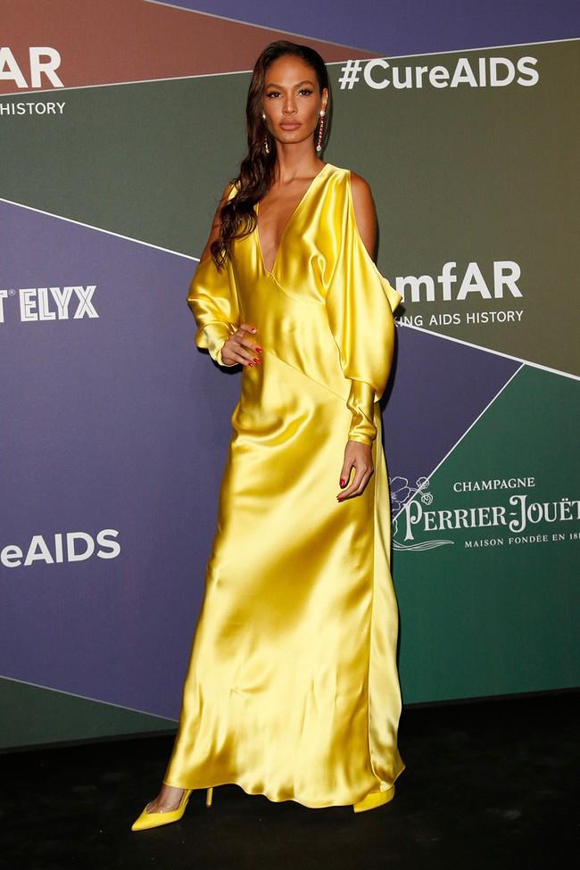 Minh tinh quyến rũ bật nhất Hollywood Sienna Miller diện đầm của NTK Công Trí: Như tia nắng vàng bừng sáng trên thảm đỏ  - Ảnh 7.