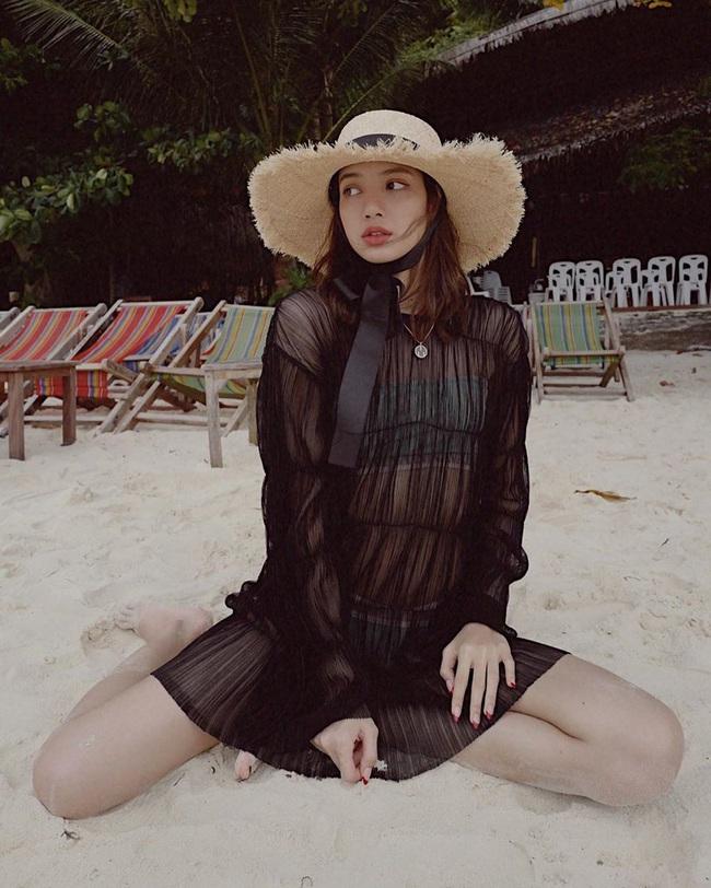Lisa diện bikini do thương hiệu của Công chúa Thái Lan thiết kế, nửa kín nửa hở mà sexy quá đỗi - Ảnh 2.