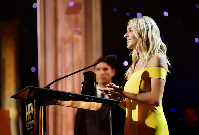 Minh tinh quyến rũ bật nhất Hollywood Sienna Miller diện đầm của NTK Công Trí: Như tia nắng vàng bừng sáng trên thảm đỏ  - Ảnh 4.
