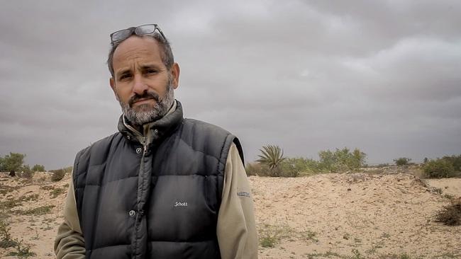 """Chuyện về người đàn ông dành cả đời để chôn cất người di cư tử nạn khi chưa kịp đến miền đất hứa: """"Tôi là gia đình của họ"""" - Ảnh 1."""