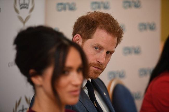 """Meghan Markle bị cáo buộc đã """"lợi dụng"""" chồng để đối phó với sự soi mói của truyền thông và chống lại Hoàng gia Anh - Ảnh 1."""