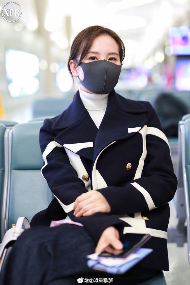 """Lên đồ ra sân bay, Lưu Thi Thi diện toàn đồ hiệu nhưng vẫn có chút mờ nhạt trước """"Chu Chỉ Nhược"""" Cao Viên Viên - Ảnh 3."""