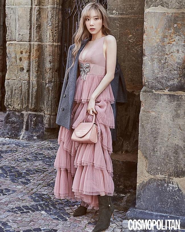 Cùng 1 chiếc váy: Taeyeon gợi cảm, khoe vòng 1 nóng bỏng bức người đến Jessica lại kín đáo, trẻ trung như nữ sinh - Ảnh 1.