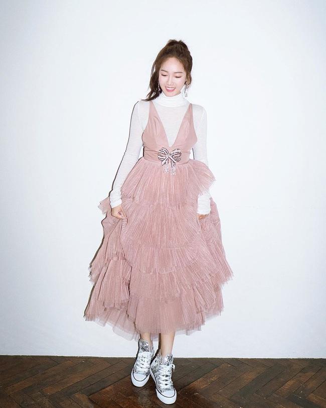 Cùng 1 chiếc váy: Taeyeon gợi cảm, khoe vòng 1 nóng bỏng bức người đến Jessica lại kín đáo, trẻ trung như nữ sinh - Ảnh 2.