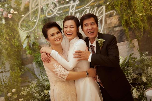 Cô dâu Đông Nhi đẹp dịu dàng và e ấp trong ngày trọng đại với chú rể Ông Cao Thắng - Ảnh 9.