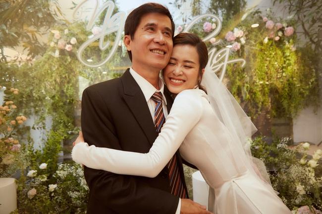 Cô dâu Đông Nhi đẹp dịu dàng và e ấp trong ngày trọng đại với chú rể Ông Cao Thắng - Ảnh 12.