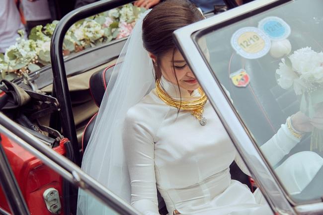 """Soi chi tiết trang sức sính lễ """"khủng"""" của nhà Ông Cao Thắng tặng Đông Nhi trong lễ rước dâu - Ảnh 5."""