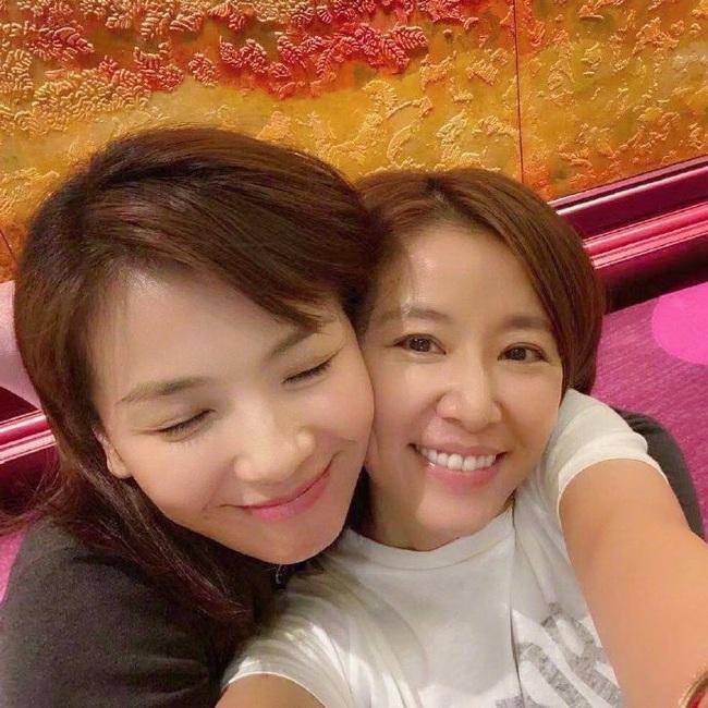 Màn đọ nhan sắc bất phân thắng bại giữa hai bà mẹ Lưu Đào và Lâm Tâm Như, cặp đôi tình bạn từ trong phim đến ngoài đời - Ảnh 1.