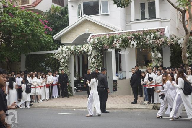 Người hâm mộ diện áo dài trắng, vui vẻ cùng nhau tiễn Đông Nhi về nhà chồng - Ảnh 3.