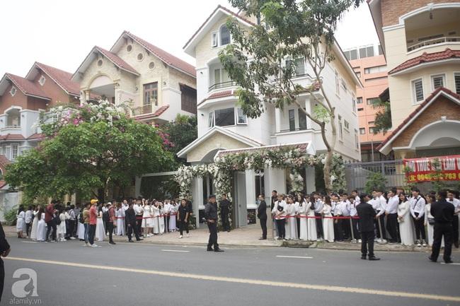 Người hâm mộ diện áo dài trắng, vui vẻ cùng nhau tiễn Đông Nhi về nhà chồng - Ảnh 4.