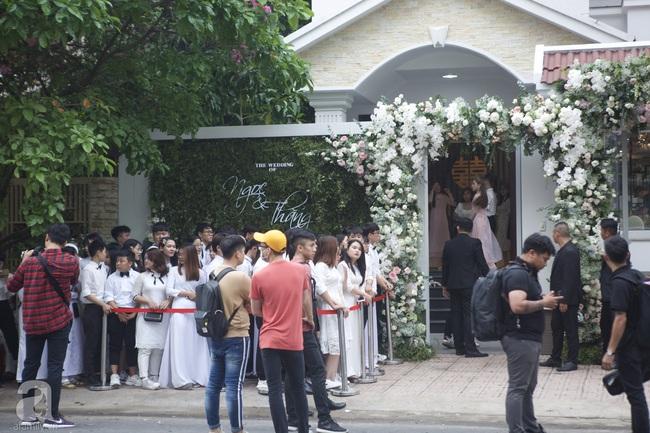 Người hâm mộ diện áo dài trắng, vui vẻ cùng nhau tiễn Đông Nhi về nhà chồng - Ảnh 6.