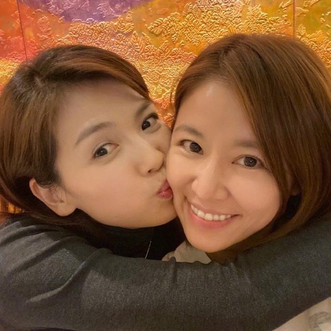 Màn đọ nhan sắc bất phân thắng bại giữa hai bà mẹ Lưu Đào và Lâm Tâm Như, cặp đôi tình bạn từ trong phim đến ngoài đời - Ảnh 2.