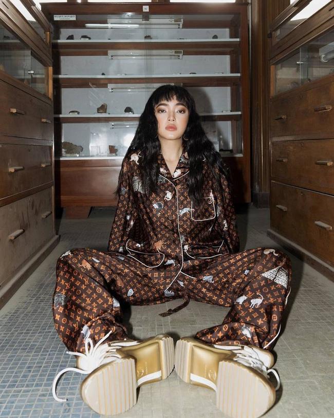 Trước ngày làm cô dâu đại gia, Bảo Thy nhử fan bằng bộ pijama 130 triệu, vẫn đụng hàng cả loạt mỹ nhân hàng hiệu - Ảnh 6.