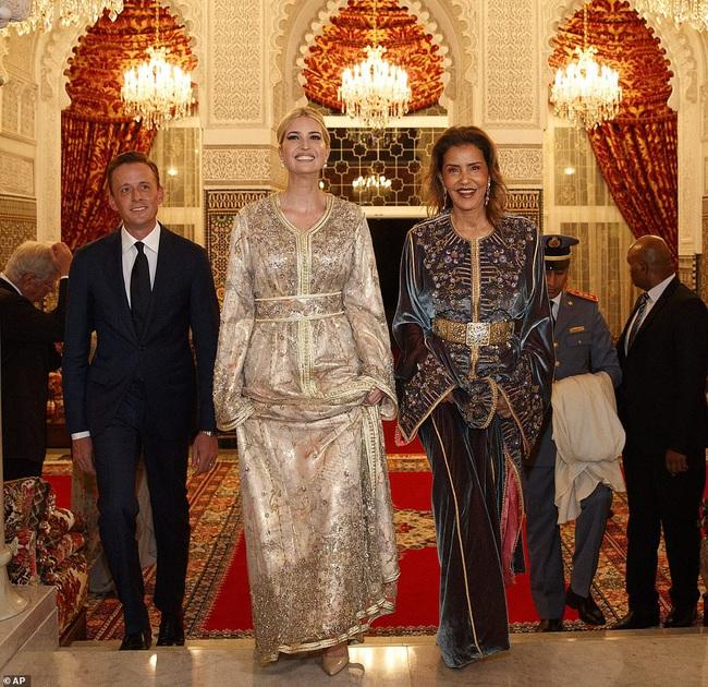 Dự tiệc tại cung điện hoàng gia, Ivanka Trump bị chê xuống sắc với vẻ ngoài kỳ lạ, nghi vấn mang thai lần 4 - Ảnh 1.