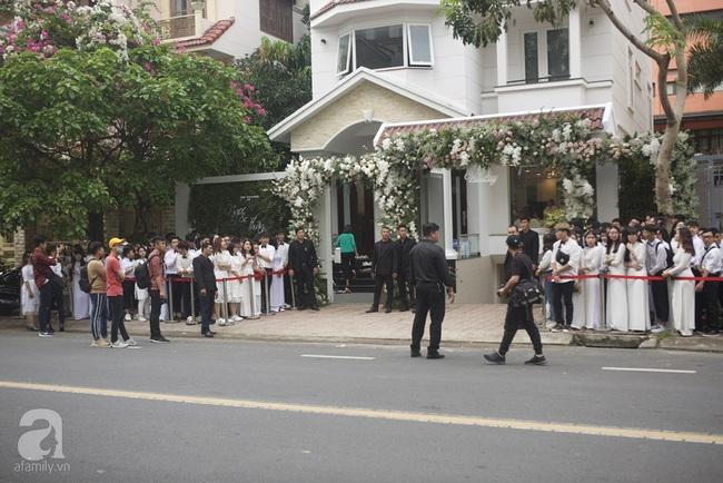 Lễ rước dâu Đông Nhi - Ông Cao Thắng: Fan tập trung đông nghẹt trước nhà cô dâu - Ảnh 2.
