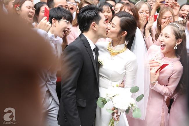 Khoảnh khắc xúc động trong lễ rước dâu Đông Nhi - Ông Cao Thắng: Cô dâu rơi nước mắt trong giây phút sắp rời khỏi gia đình sang nhà trai - Ảnh 4.