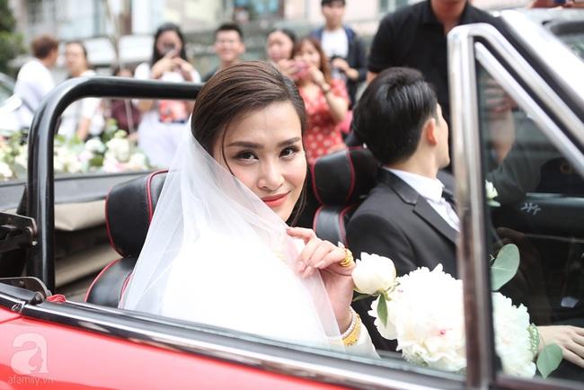 """Lễ rước dâu Đông Nhi - Ông Cao Thắng: Cô dâu chú rể trao nụ hôn ngọt ngào, chính thức lên xe hoa """"theo chàng về dinh"""" - Ảnh 4."""