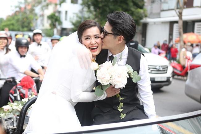 """Lễ rước dâu Đông Nhi - Ông Cao Thắng: Cô dâu chú rể trao nụ hôn ngọt ngào, chính thức lên xe hoa """"theo chàng về dinh"""" - Ảnh 2."""