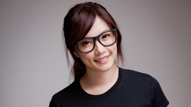 4 ngành nghề mặc định cấm nữ giới đeo kính gây tranh cãi ở Nhật cùng lời biện hộ chưa thỏa đáng của các ông chủ - Ảnh 3.