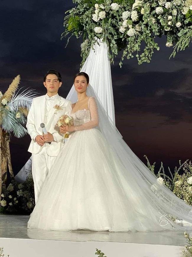 Váy cưới đẹp như cổ tích của Đông Nhi, 2 chiếc đầu tiên đã đủ trầm trồ: Sexy mà vẫn thanh lịch hết sức - Ảnh 3.