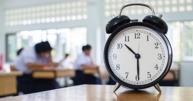 Nhiều trường học ở Anh đã loại bỏ đồng hồ kim vì học sinh không biết... xem giờ - Ảnh 1.