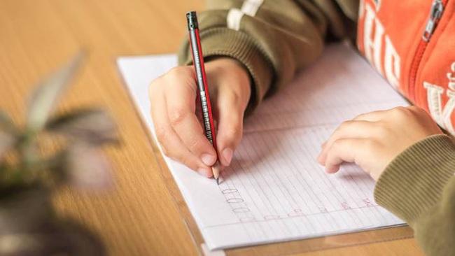 Nhiều trường học ở Anh đã loại bỏ đồng hồ kim vì học sinh không biết... xem giờ - Ảnh 3.