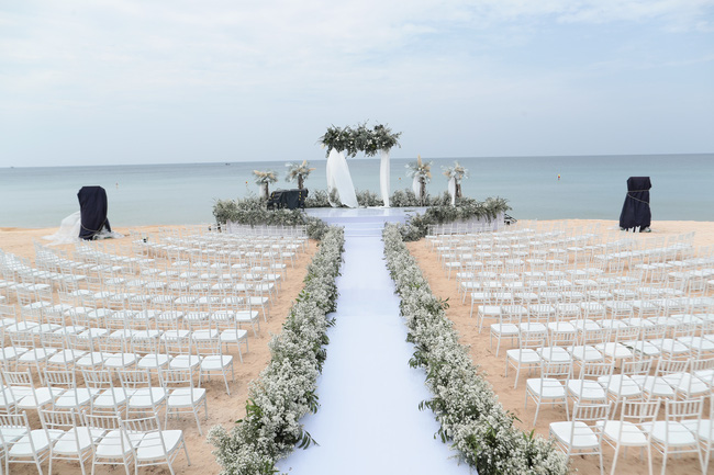 Hé lộ khung cảnh lễ cưới hoành tráng và sang chảnh với hoa trắng ngập tràn của Đông Nhi - Ông Cao Thắng - Ảnh 3.