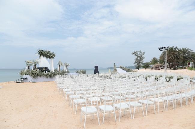 Hé lộ khung cảnh lễ cưới hoành tráng và sang chảnh với hoa trắng ngập tràn của Đông Nhi - Ông Cao Thắng - Ảnh 5.