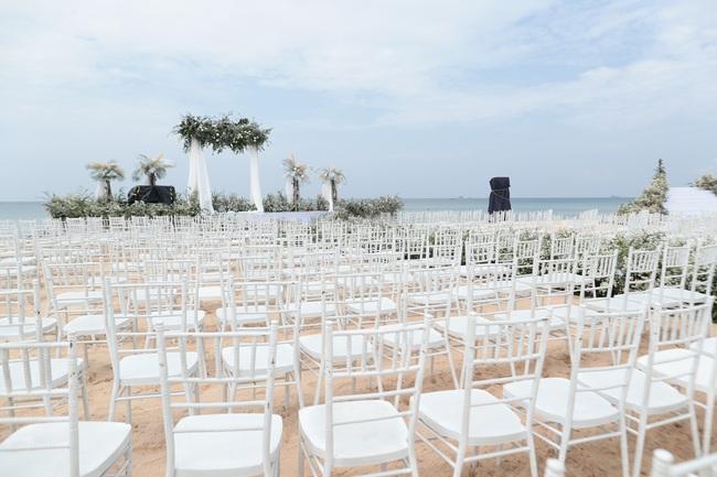 Hé lộ khung cảnh lễ cưới hoành tráng và sang chảnh với hoa trắng ngập tràn của Đông Nhi - Ông Cao Thắng - Ảnh 6.