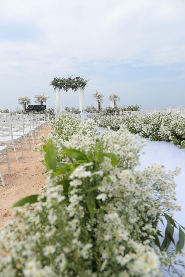 Hé lộ khung cảnh lễ cưới hoành tráng và sang chảnh với hoa trắng ngập tràn của Đông Nhi - Ông Cao Thắng - Ảnh 7.