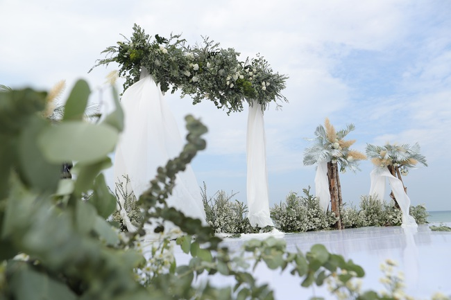 Hé lộ khung cảnh lễ cưới hoành tráng và sang chảnh với hoa trắng ngập tràn của Đông Nhi - Ông Cao Thắng - Ảnh 8.