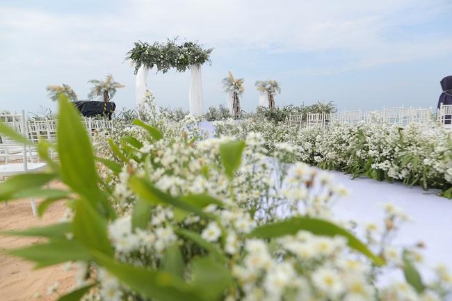 Hé lộ khung cảnh lễ cưới hoành tráng và sang chảnh với hoa trắng ngập tràn của Đông Nhi - Ông Cao Thắng - Ảnh 9.