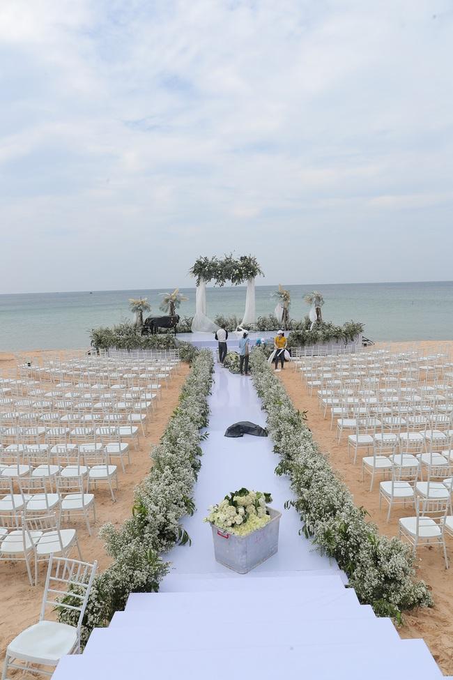 Hé lộ khung cảnh lễ cưới hoành tráng và sang chảnh với hoa trắng ngập tràn của Đông Nhi - Ông Cao Thắng - Ảnh 10.