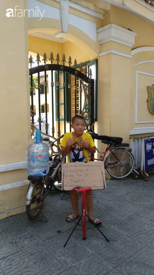 Cho con trai đứng ngoài đường bơm xe kiếm tiền, ông bố Hải Phòng dạy 2 bé bài học về sự tự lập khiến ai nấy sửng sốt - Ảnh 2.