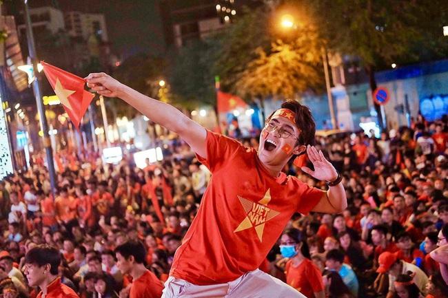 Việt Nam vô địch SEA Games, dàn sao Việt nô nức đi bão, mở tiệc ăn mừng linh đình - Ảnh 2.