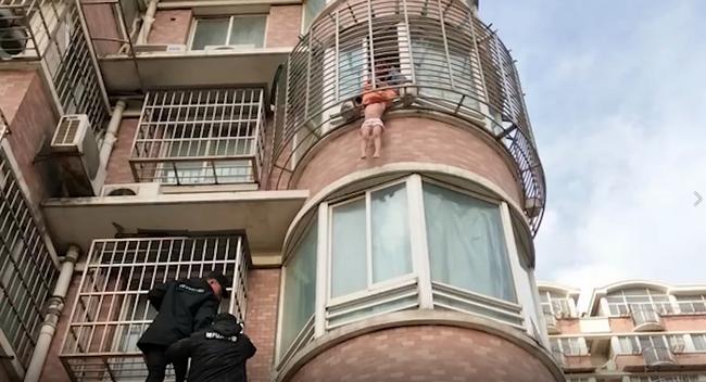 Dân mạng nức nở khen ngợi thanh niên tay không leo 3 tầng lầu và giữ nguyên tư thế nguy hiểm trong 10 phút để cứu một đứa bé 4 tuổi - Ảnh 1.