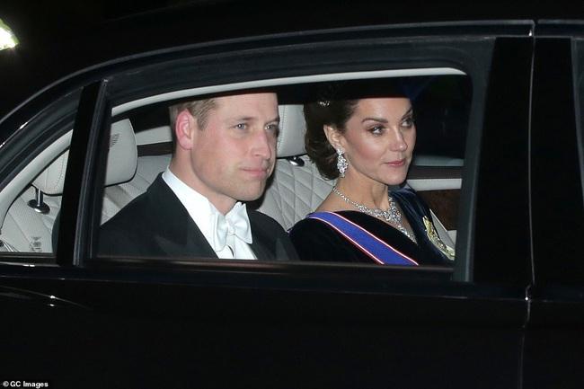 Công nương Kate Middleton kín đáo mà vẫn đẹp ná thở sau khi sửa váy để bớt sexy - Ảnh 5.