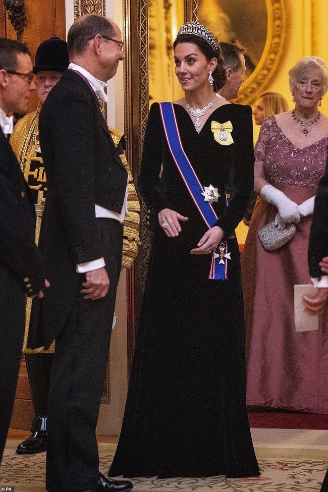 Công nương Kate Middleton kín đáo mà vẫn đẹp ná thở sau khi sửa váy để bớt sexy - Ảnh 2.