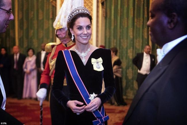 Công nương Kate Middleton kín đáo mà vẫn đẹp ná thở sau khi sửa váy để bớt sexy - Ảnh 1.